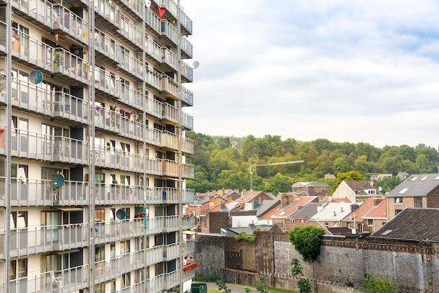 Fachada típica del edificio de apartamentos del bloque con muchos balcones, europa. casa grande con pisos, antigua arquitectura europea,