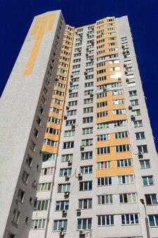 Fachada del típico edificio de apartamentos de gran altura con balcones y ventanas
