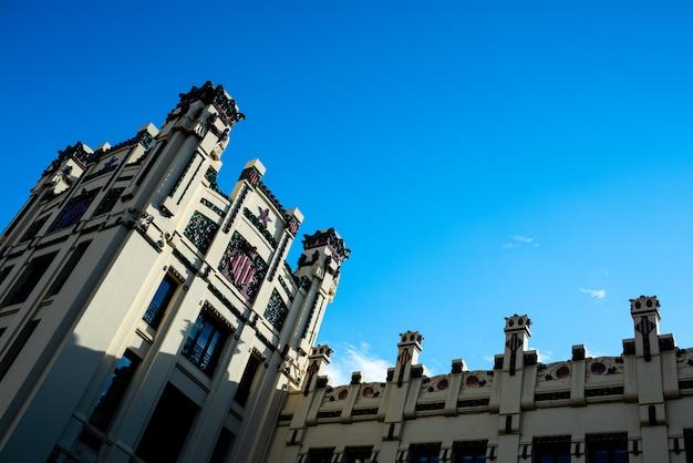 Fachada y torres de la estación de tren norte de valencia.