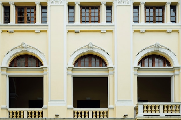 Fachada y ventana en estilo colonial en bangkok, tailandia