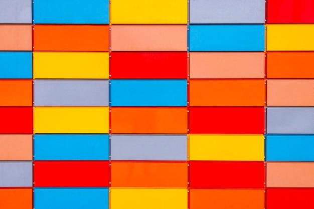 Fachada ventilada de metal multicolor del edificio.