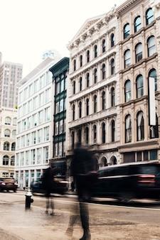 Fachadas de edificios con arquitectura clásica.