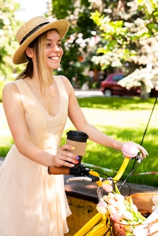 Fahionable mujer montando bicicleta