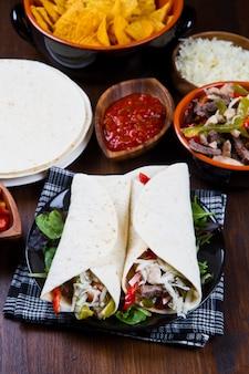 Fajitas caseras de pollo y carne con verduras y tortillas