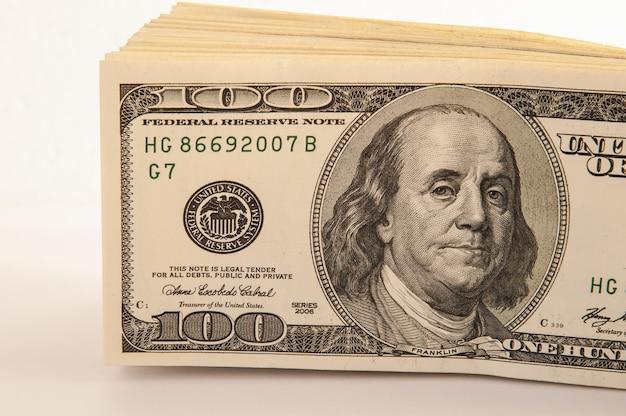 Un fajo de cien billetes estadounidenses en efectivo