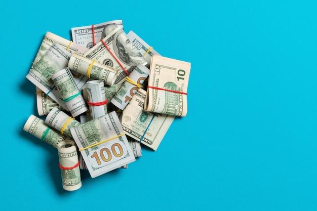 Fajos de billetes de cien dólares en primer plano