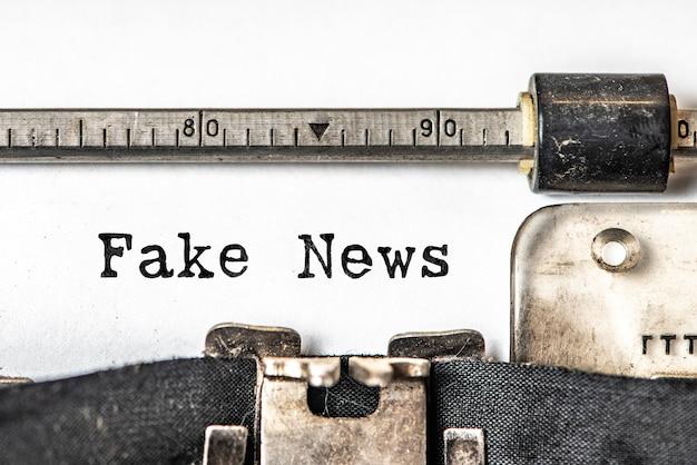Fake news escribió palabras en una máquina de escribir vintage.