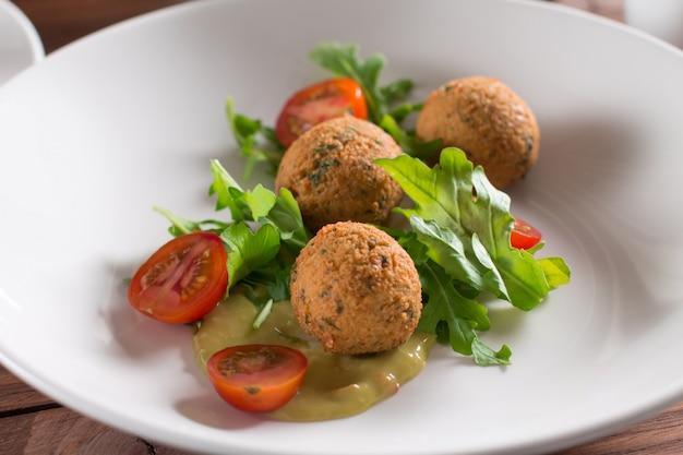 Falafel, bolas de garbanzos con verduras