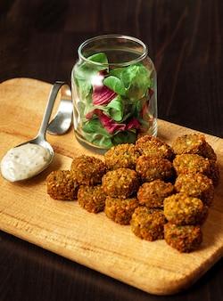 Falafel vegetariano fresco con salsa, enfoque selectivo