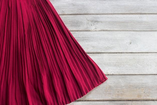 Falda en mesa de madera