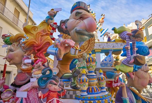 Fallas figuras en valencia fiesta popular españa