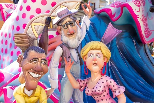 Fallas de valencia en las figuras del festival popular de denia.