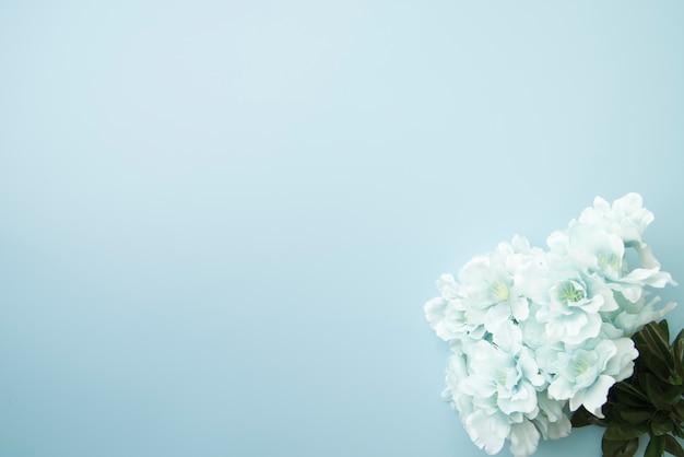 Falsas flores azules en la esquina del fondo.