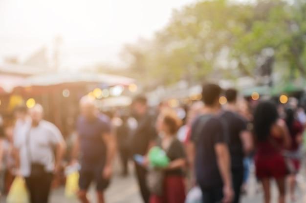 Falta de definición de la gente y del ambiente en el fondo del mercado de fin de semana