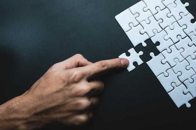 Falta la pieza del rompecabezas, concepto de negocio para completar la pieza final del rompecabezas