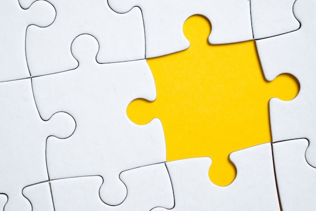 Falta una pieza del rompecabezas en el patrón general o la imagen. el concepto de ausencia.