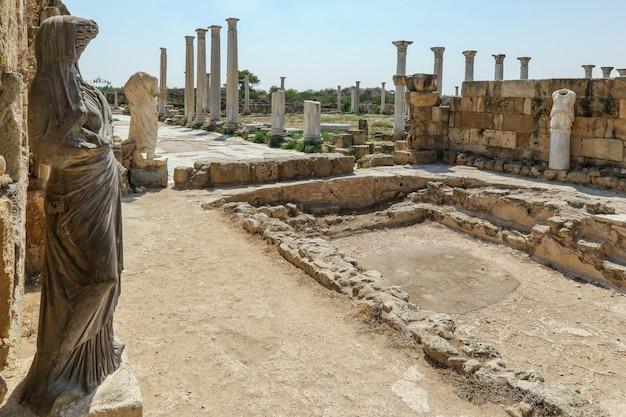 Famagusta, chipre septentrional, columnas y esculturas en el complejo de baños en ruinas de salamina