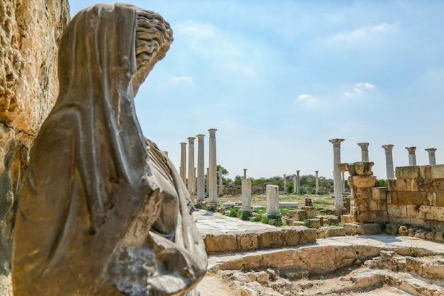 Famagusta, república turca del norte de chipre. columnas y esculturas en las ruinas de la antigua ciudad de salamina.