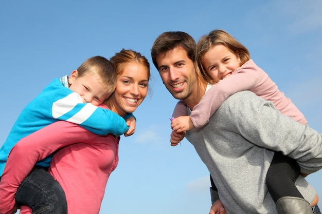 Familia de 4 personas en campo.