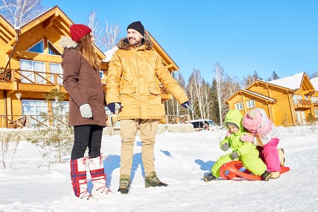 Familia activa en vacaciones de invierno