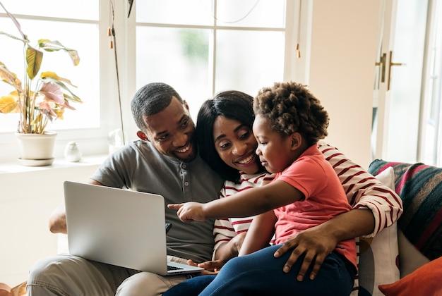 Familia africana pasar tiempo juntos