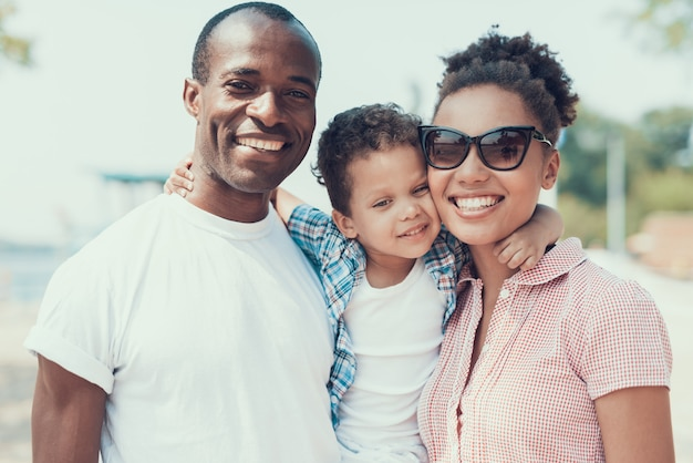 Familia afroamericana descansa en la playa