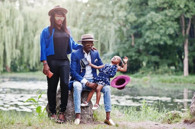 Familia afroamericana elegante y rica
