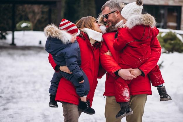 Familia afuera en invierno