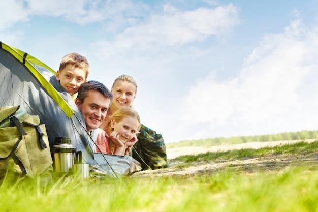 Familia alegre acampando en el parque