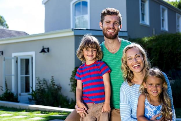 Familia alegre contra casa