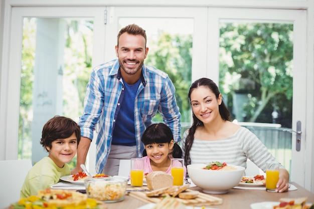 Familia alegre en la mesa de comedor