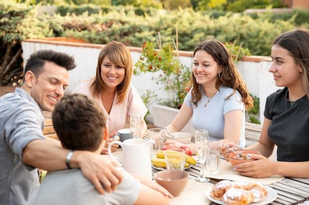 Familia almorzando juntos al aire libre