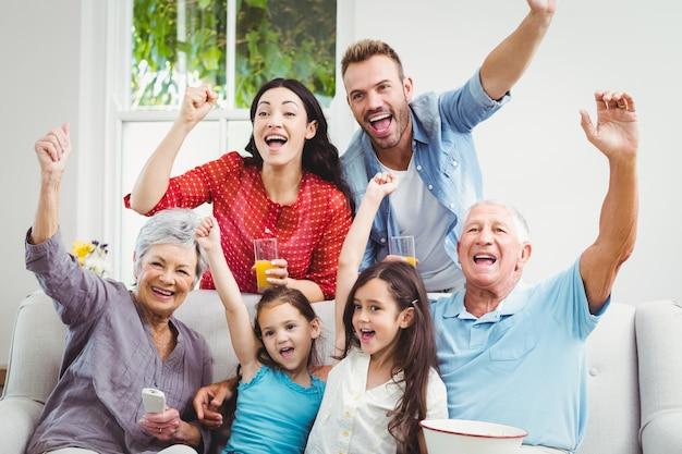 Familia animando mientras mira televisión