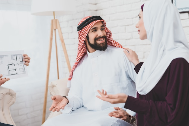 Familia árabe que alquila el hogar que mira el diseño de los cuartos.