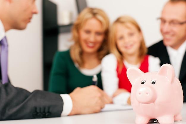 Familia con asesoría - finanzas y seguros.
