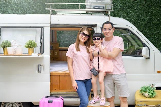 Una familia asiática alegre que disfruta de un viaje por carretera y un viaje se va en concepto de vacaciones, viajes y turismo