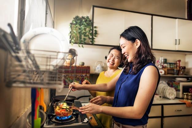 Familia Asiática Está Cocinando En La Cocina Juntos Descargar