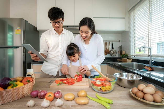 Familia asiática cocinando en la cocina