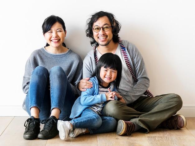 Familia asiática compra una casa nueva