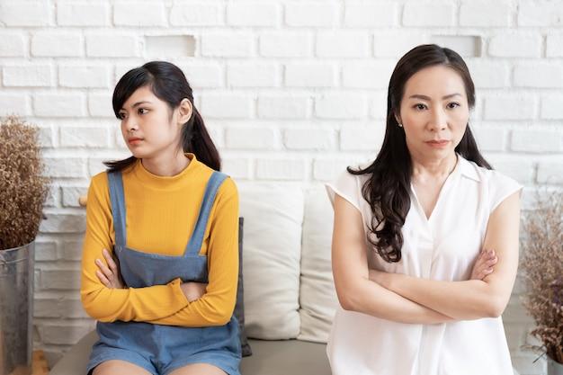 Familia asiática con conflicto familiar