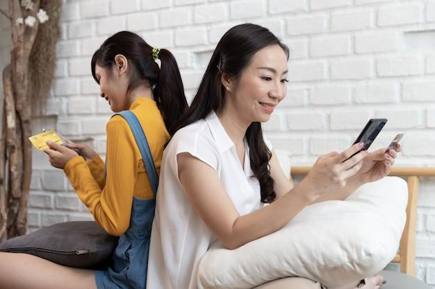 Familia asiática feliz compras en línea con tarjeta de crédito