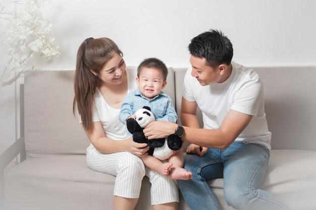 Familia asiática feliz se disfruta con hijo en casa