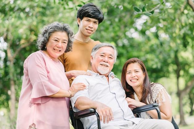 Familia asiática feliz pasando un buen rato