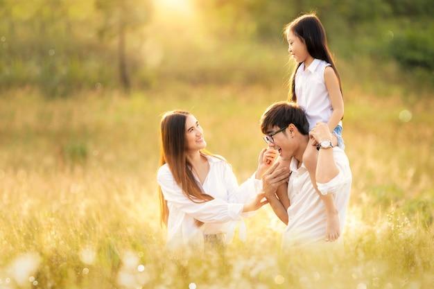 Familia asiática feliz en viaje de viaje