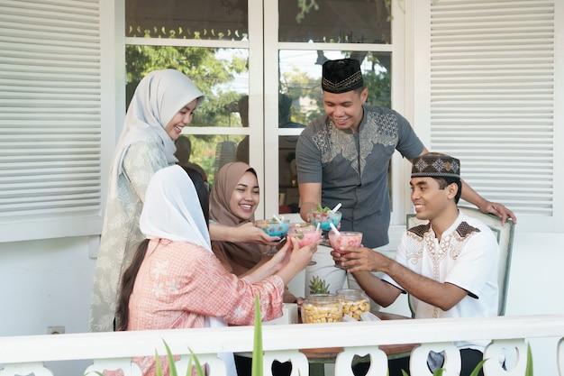 Familia asiática musulmana que tiene sahoor o sahur