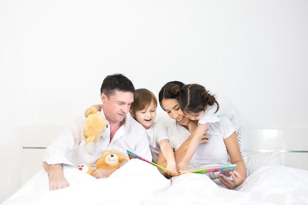 Familia asiática pasar tiempo felicidad vacaciones juntos