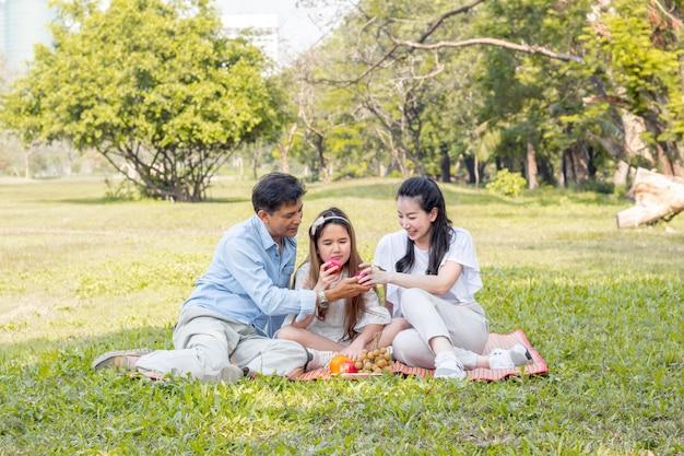 Familia asiática relajada en el parque