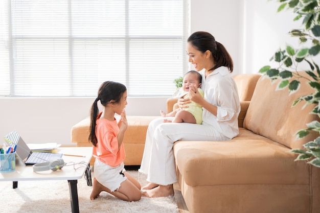 Familia asiática relajante del aprendizaje en línea