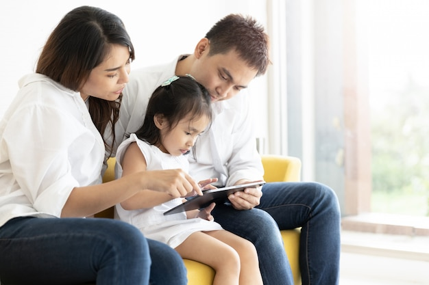 Familia asiática con una tableta digital