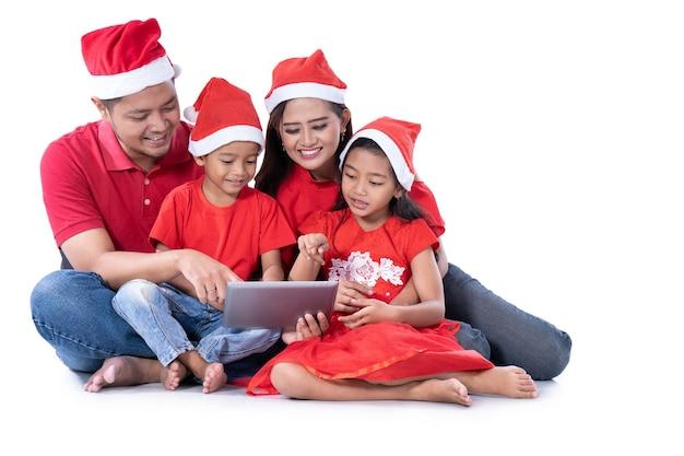 Familia asiática usando una tableta juntos